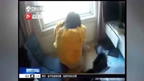 女孩独坐窗外 警民合力救援