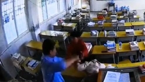 男子冲进教室暴打女老师,事后投案:被车撞后认错人了