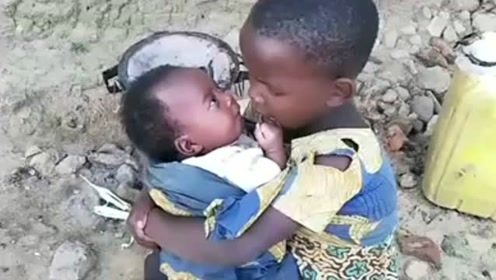 非洲宝宝才两个多月了,姐姐就抱出来了,真是孩子看孩子啊