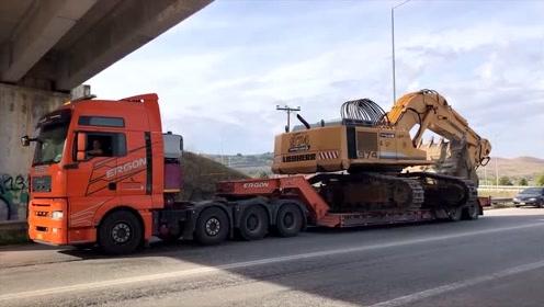 拖车运输挖掘机过高架桥,看看是怎么上拖车的,司机技术真牛