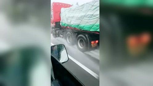 下雨天开高速,旁边这辆大车的车速真快,佩服拍视频的人