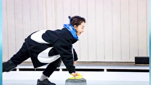 周冬雨解锁冰球技能有模有样,运动装难掩超细小腿,运动天赋惊人