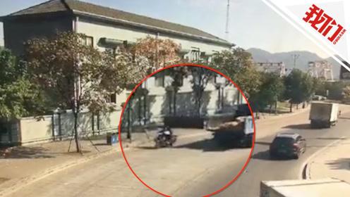 监拍:货车行驶时后栏板甩出 电动车驾驶员靠头盔幸运生还