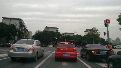 等红灯前车故障走不了,后车能压实线变道吗?交警:千万不要搞错
