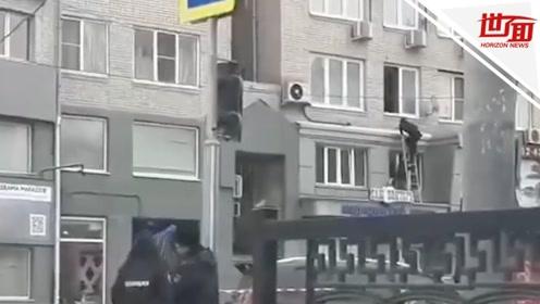 俄男子家中劫持自己老婆 俄媒:可能是神经衰弱