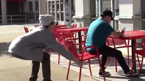老外恶作剧抽走路人椅子,看到下一秒的场景,原谅我忍不住笑出声