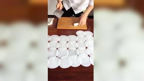 这样做饺子皮,实在太方便了。
