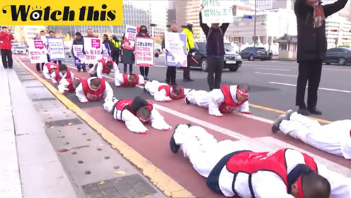 韩国教师因参加示威被辞退 集体跪地·剃发表抗议