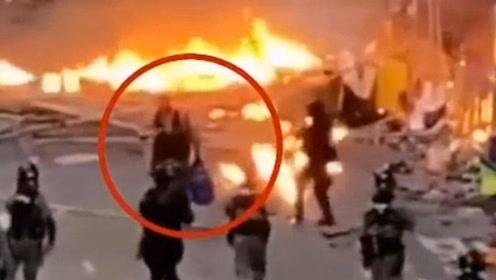 现场!暴徒四处纵火差点引爆煤气罐 港警奋不顾身一把拎出煤气罐