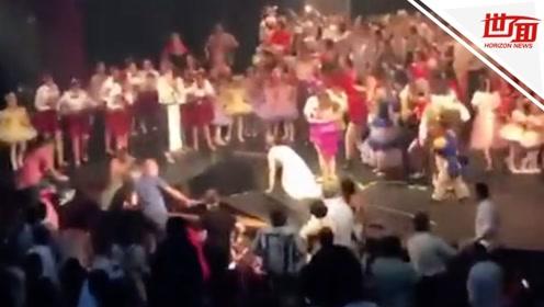 惊恐!谢幕时演员又蹦又跳庆祝 舞台突然塌陷成大洞吞没人群