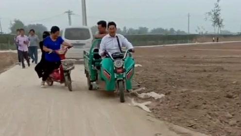 大衣哥骑着三轮车回来了,大衣嫂在后面跟着跑,有了车就不要老婆了?