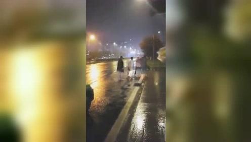 太嚣张!3名男子酒后当街追打出租车司机 仅28小时就被抓
