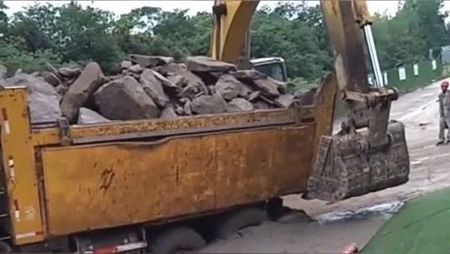 挖掘机力气就是大,货车陷得这么深,被它一个回手掏就起来了!