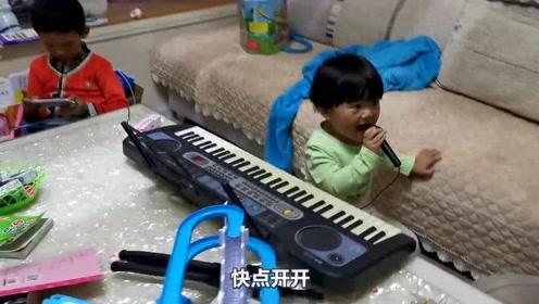 """宝宝有了一个玩具,在姑姑面前,看宝宝如何""""大显身手"""""""
