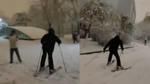 南方人蒙圈了!沈阳大雪一大学生校园里滑雪上学,惊呆女生