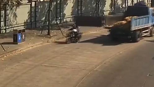 短短12秒险酿悲剧,货车后栏板击中电动车,两人甩飞在地