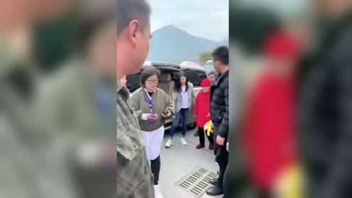 户外偶遇陈妍希,这一动作引起人们注意,陈晓眼光还不错