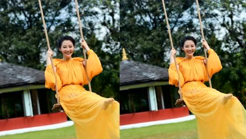 50岁许晴晒尼泊尔照,穿薄纱黄裙闪耀花园,赤脚奔跑荡秋千似仙女