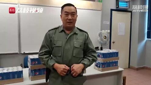 """收到内地网友爱心可乐 阿sir动情讲述""""香港警察故事"""""""