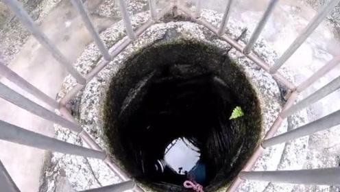 古井里面发出臭味,等到男子把井水抽干后,看到画面后情绪失控
