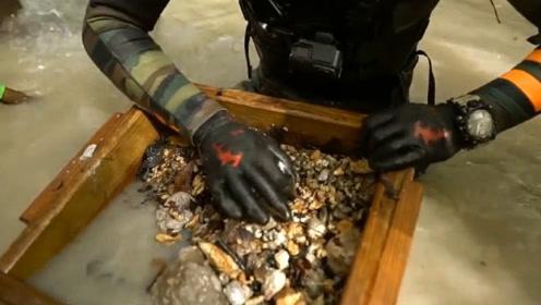 男子在后院中挖出保险箱,费尽心思将其打开,这下发财了!