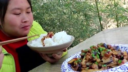 """农村下饭""""神器""""不一般,胖妹做了一盆吃过瘾,2斤米饭也吃不够"""