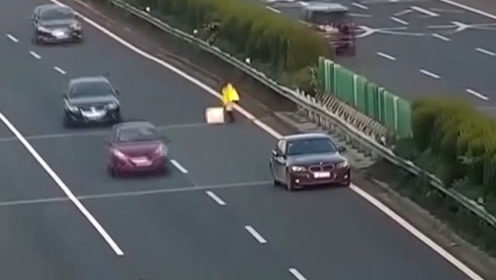 车辆高速上没油女司机把车停在超车道上 拿棉被当警示牌险出事故