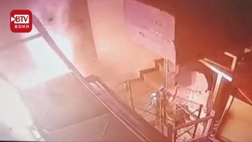 """特警下夜班遇火灾救人 """"顺便""""破了纵火案"""