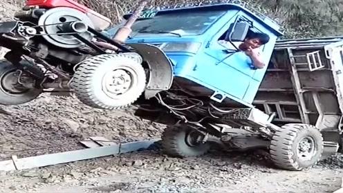 拖拉机都开成这样了,司机还在车里边笑,无语了!