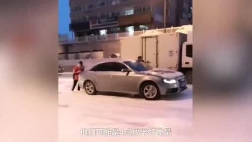 正能量传递!降雪路面致车辆打滑,多名中学生帮推车1小时