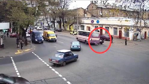 公交车路口急转弯女子被甩出 车继续行驶仿佛什么都没发生