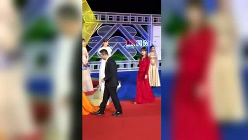 赵薇一袭红裙和陶虹暖黄长裙交相呼应,与张嘉译亮相金鸡奖红毯简直太美!