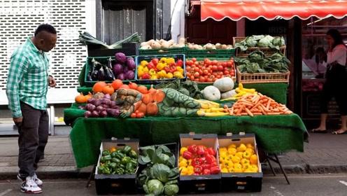 艺术家在水果摊制造隐形人,和果蔬融为一体,让人无法分清