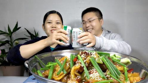 月妈做了一锅干锅土豆片,香辣爽口,配上一罐啤酒吃得真过瘾!