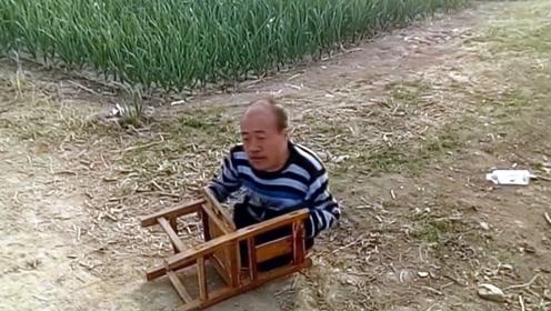 男子用椅子代替双脚走路,为养活老母亲直播经常跌倒被砸!