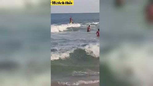 实拍惊险一刻 男子骑摩托艇乘风破浪救溺水男孩