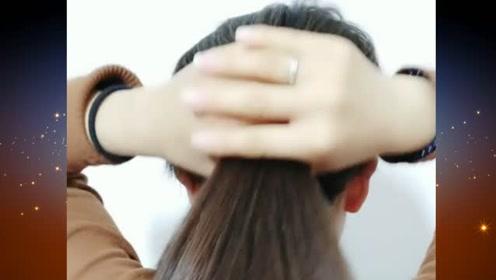 今年很流行的扎发发型,深受年轻女孩的喜爱,简约时尚又大气