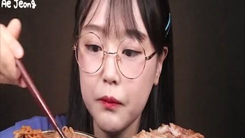 韩国吃播Ae Jeong吃辣面条和排骨