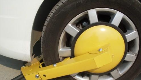 停车时,轮胎被锁了怎么办?老司机:不用拖车,简单一招就能解决