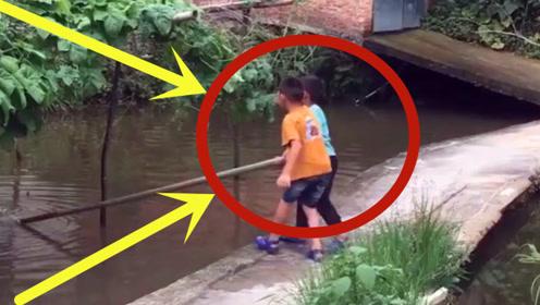 就因为一根竹竿,俩孩子就哭成这样了,你们看到河里发生了什么吗