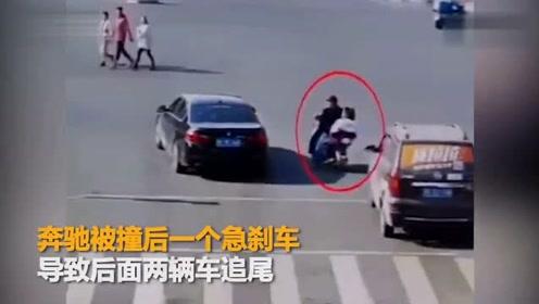 教训!山东大爷带娃骑车闯红灯 侥幸躲过2车后撞上奔驰车