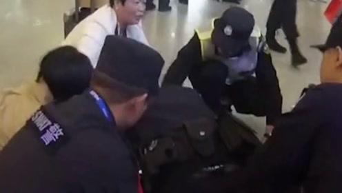 上海虹桥站旅客心脏骤停4分钟,民警不停做心肺复苏人工呼吸救回