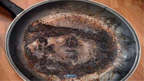 锅烧糊了别用钢丝球擦,一个简单窍门,锅底糊垢自动脱落,太棒了
