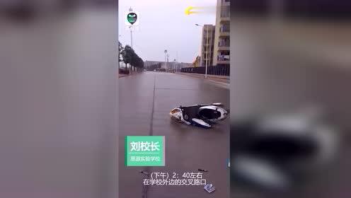 寒假首日,3名中学生骑摩托车校门前出事致1重伤1轻伤