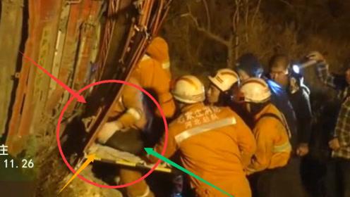翻斗车侧翻司机被困 消防动用吊车营救