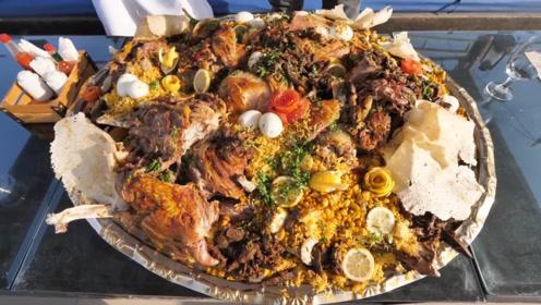美食无处不在,看迪拜土豪居然吃骆驼大餐,这回是长见识了