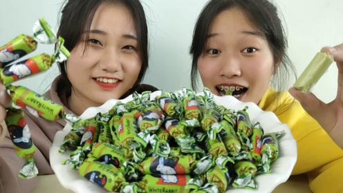 """俩女孩试吃搞怪""""芥末味大白兔奶糖"""",油绿好看,呛得眯眼趣味多"""