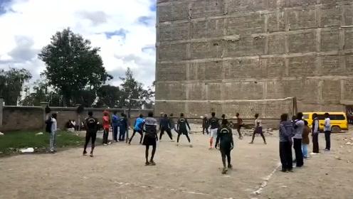 非洲兄弟打排球根本不用场地,再艰苦也要练技术