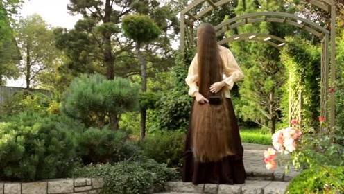 小姐姐头发非常长,发质好又柔顺,披着的时候像仙女