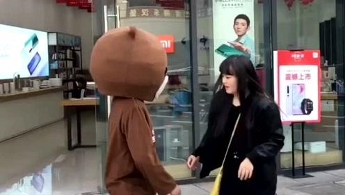 1只天真的网红熊,没事去招惹小姐姐,这下被人收拾了吧